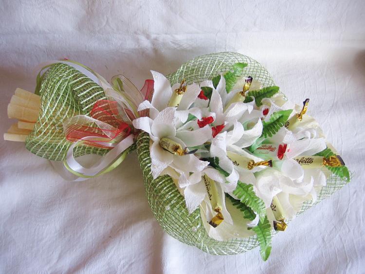 Лилии с конфетами из гофрированной бумаги своими руками 23